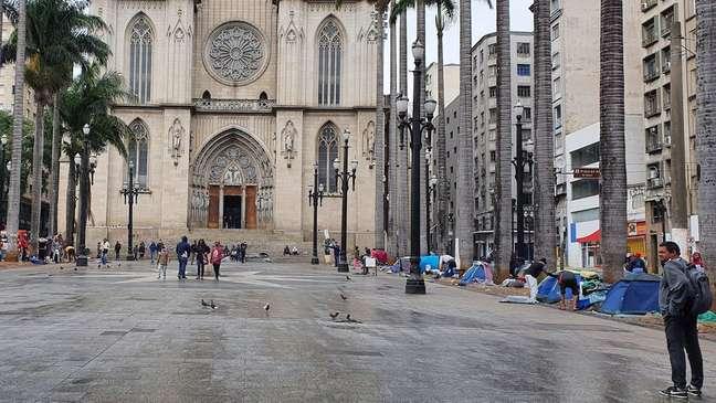 Moradores de rua que dormem na praça da Sé poderão se abrigar em igrejas e até mesmo dentro de estação do metrô nos próximos dias
