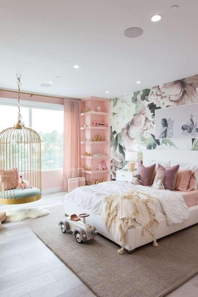 15. Cadeira de balanço suspensa para quarto branco e rosa decorado com papel de parede floral – Foto: Home Fashion Trend