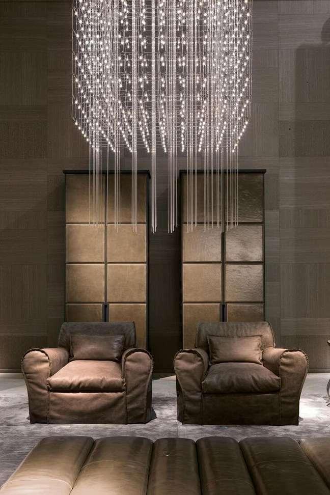 16. Lustre quadrado de cristal pendente na decoração da sala de estar – Foto Architonic
