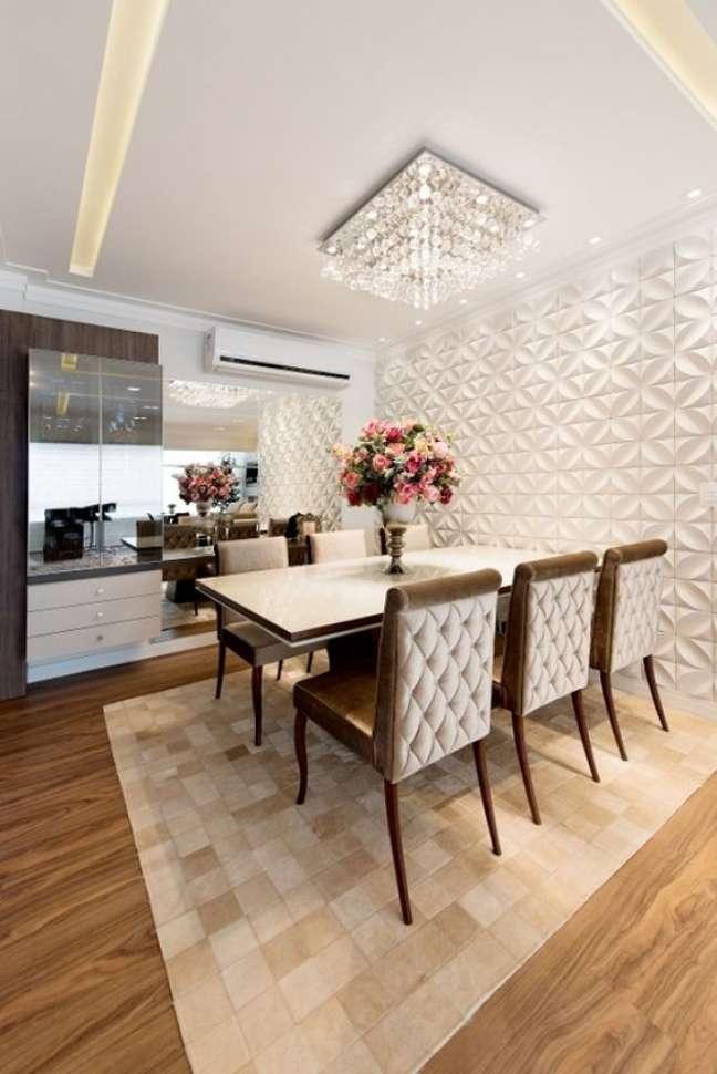 42. Sala de jantar com lustre quadrado de cristais – Foto Habitissimo