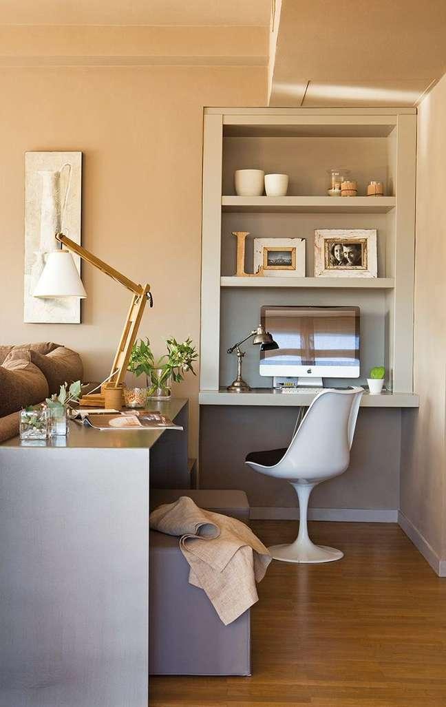 2. Home office na sala com escrivaninha atras do sofá – Foto Conexão Decor