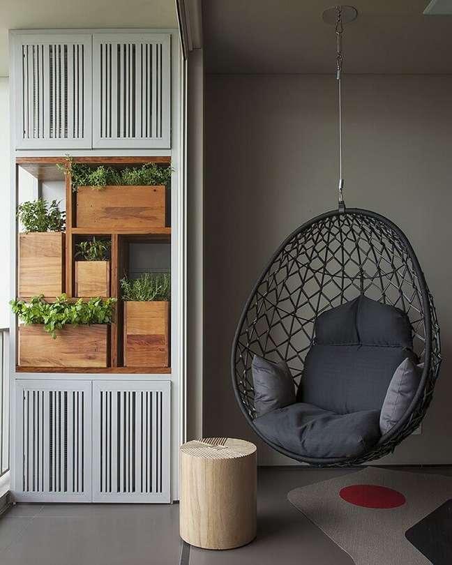 53. Decoração moderna em tons de cinza com cadeira de balanço suspensa – Foto: AMFB Arquitetura