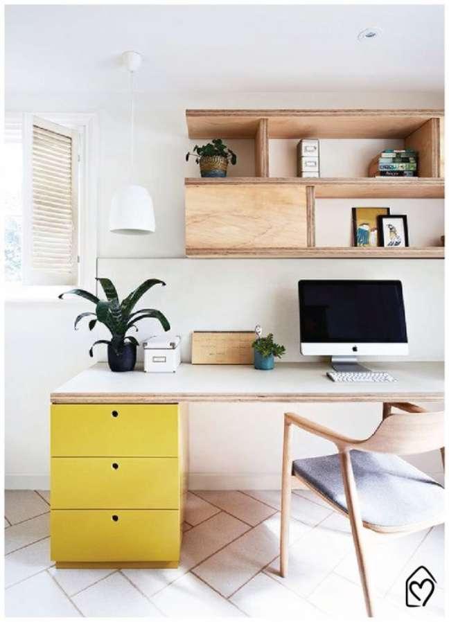 49. Home office planejado na sala de estar – Foto Casa das Amigas