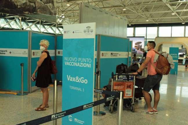 Fila para vacinação anti-Covid no aeroporto de Fiumicino