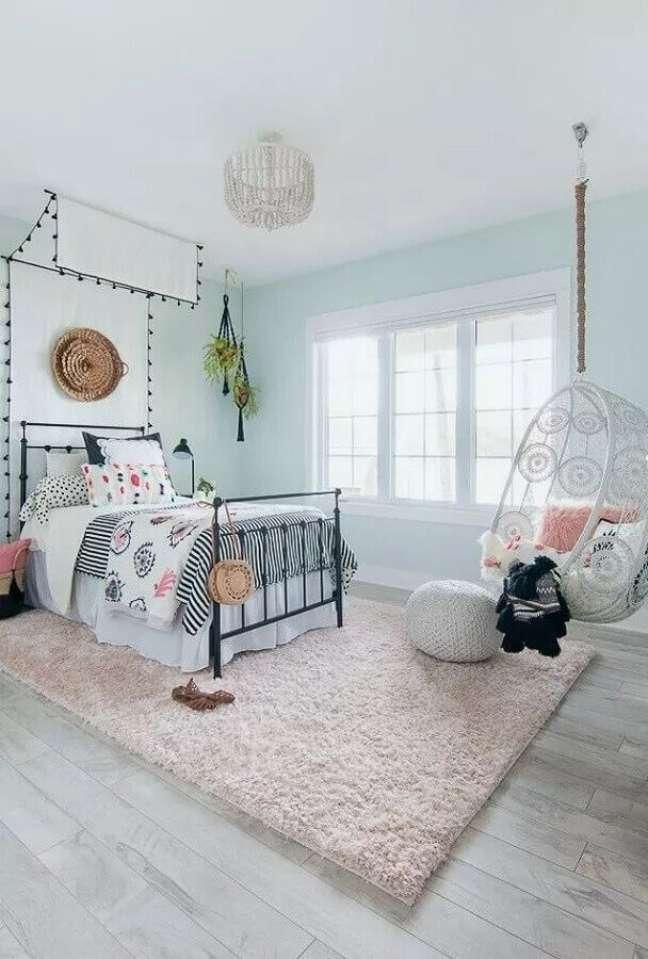 17. Cadeira de balanço suspensa para quarto feminino decorado com cama de ferro e tapete felpudo – Foto: Apartment Therapy