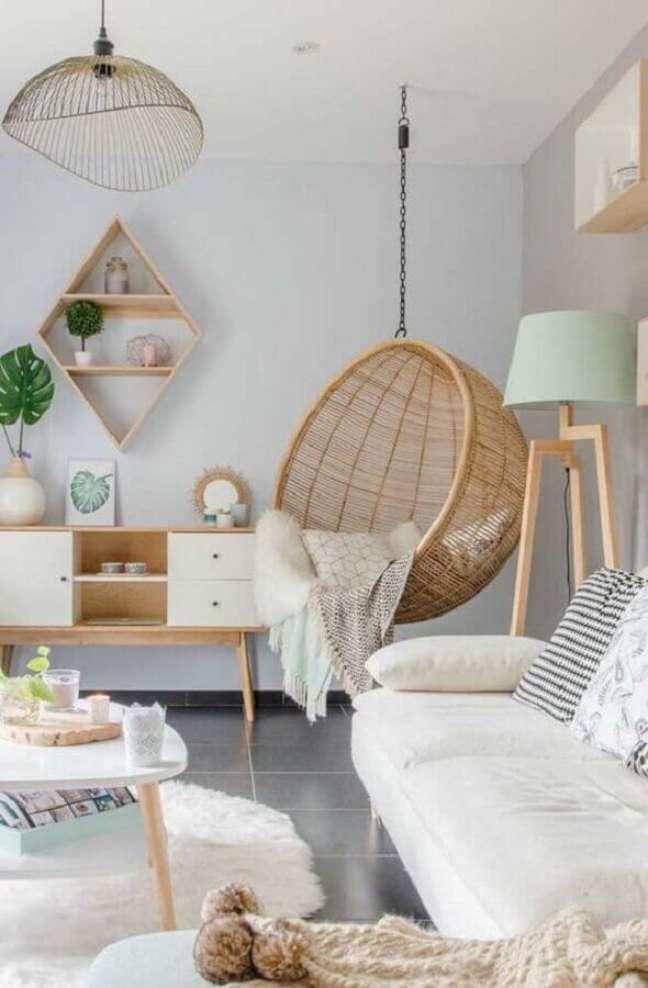 20. Cadeira de balanço suspensa para sala clean decorada com abajur de chão – Foto: Apartment Therapy
