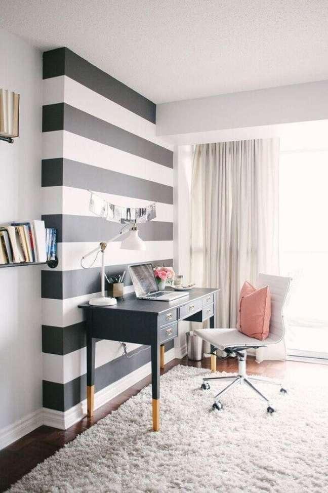 8. Decoração de home office na sala com mesa preta e cadeira branca – Foto Karen Lenzi