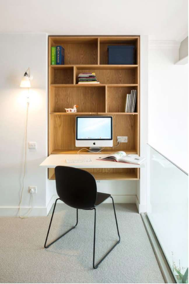 48. Home office para sala de estar com mesa dobrável – Foto HikenDip