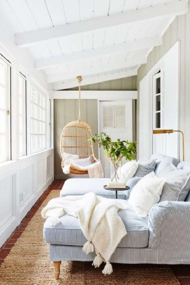 28. Cadeira de balanço suspensa para sala pequena decorada com sofá confortável – Foto: domino magazine
