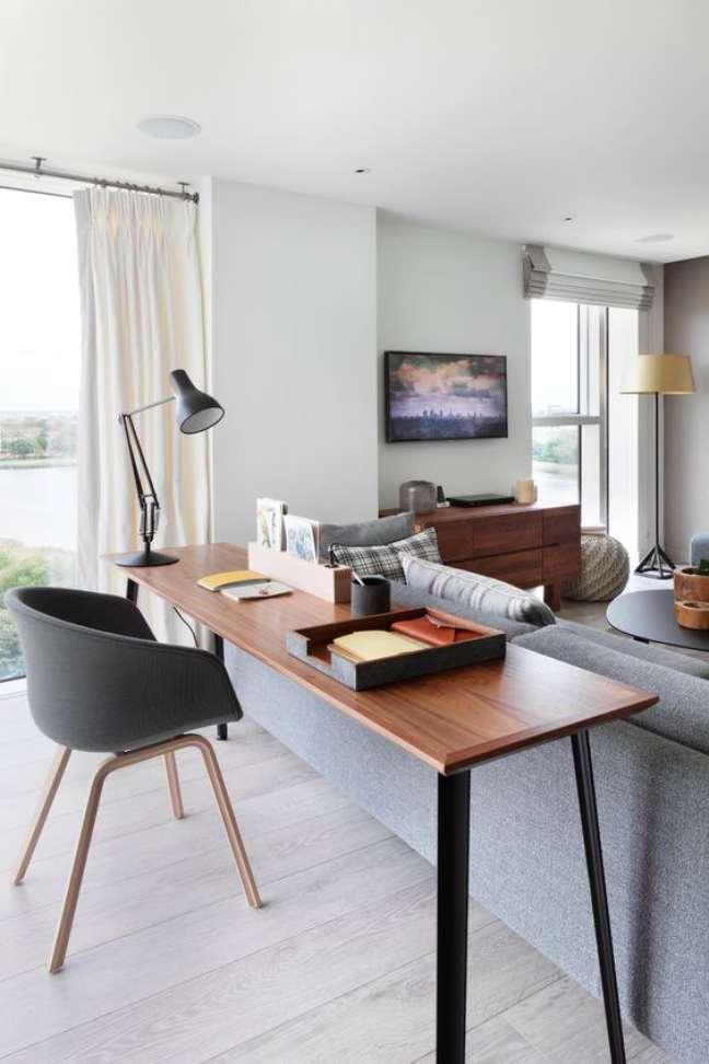 62. Sala moderna com escrivaninha para home office prático – Foto Westwing brasil