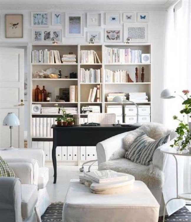 16. Sala decorada com estante e mesa para home office preta para decoração moderna – Foto Pinterest