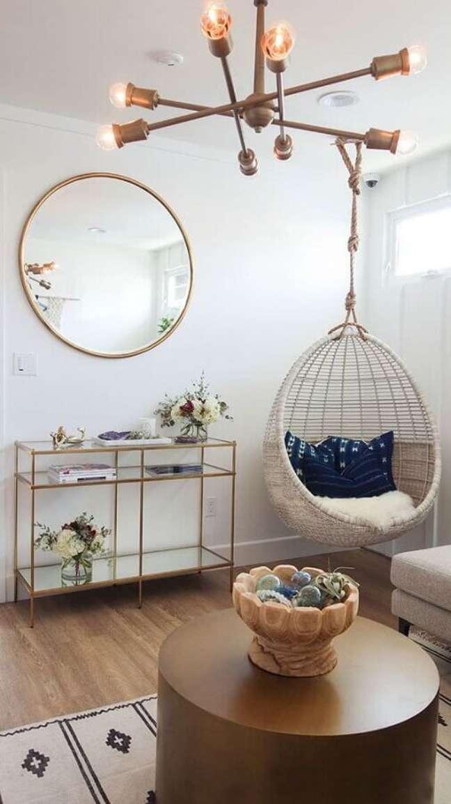 51. Decoração em cores claras com cadeira de balanço suspensa para sala simples – Foto: Apartment Therapy