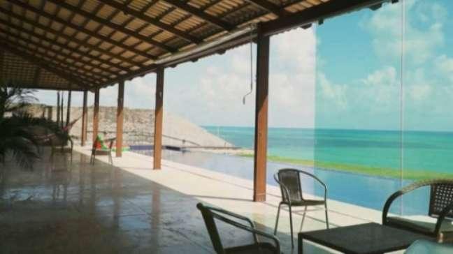 Varanda da casa do surfista com vista para piscina e para o mar (Reprodução)