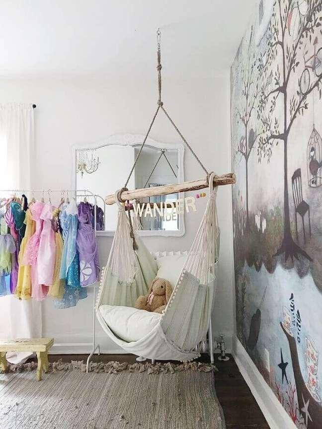 58. Decoração simples para quarto infantil com cadeira de balanço suspensa – Foto: Pinterest