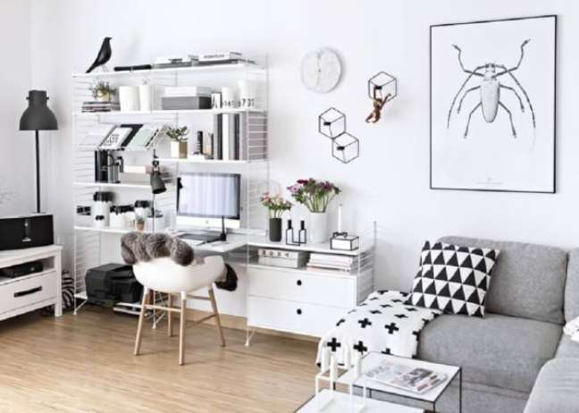 13. Sala clean em tons de branco e cinza com mesa para home office pequeno – Foto Pinterest