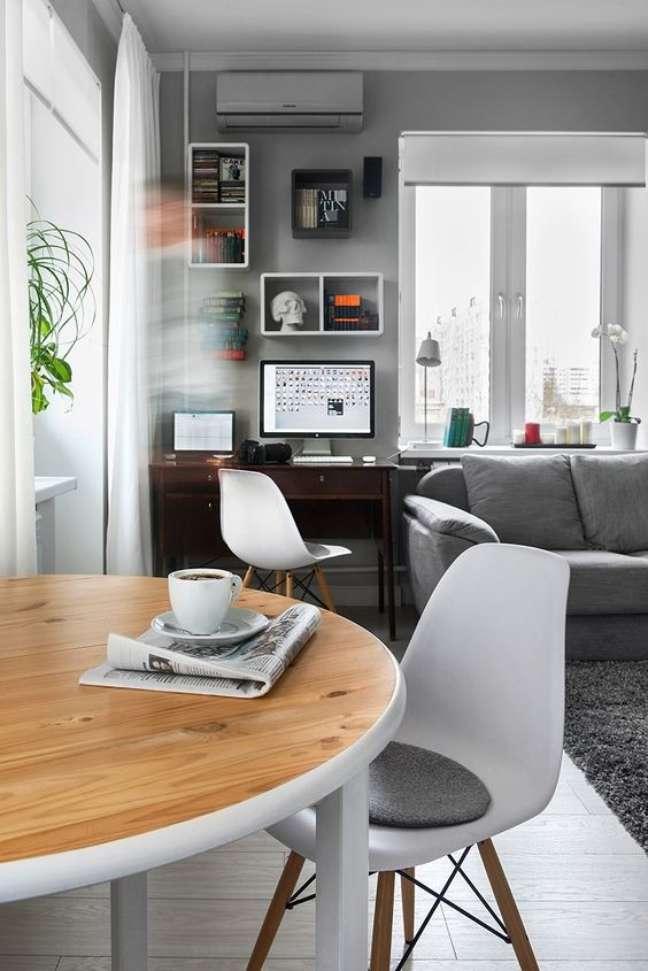 1. Sala com home office pequeno ao lado do sofa – Foto All Day Chic