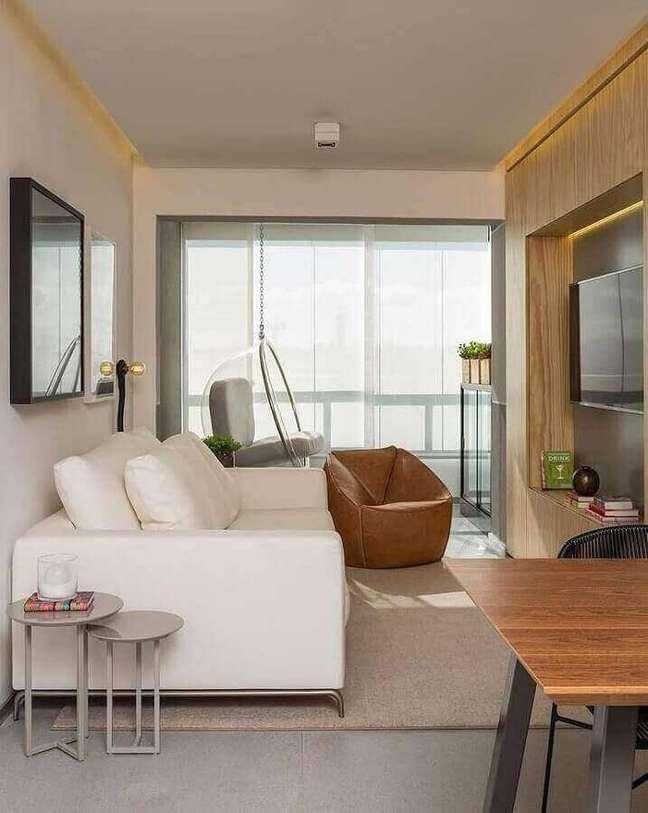 52. Decoração moderna com cadeira de balanço suspensa para sala de TV integrada com varanda de apartamento – Foto: Studio Gabriel Garbin