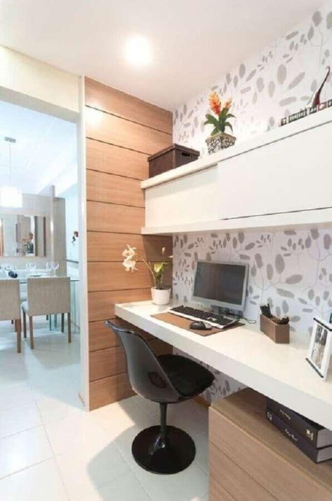 11. Cadeira preta para home office na sala pequena com móveis brancos – Foto Webcomunica