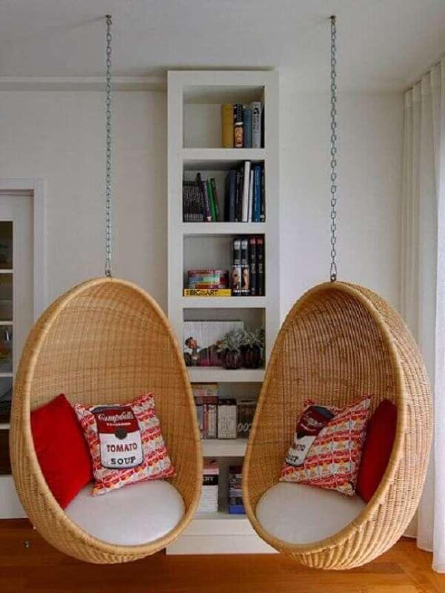 48. Decoração de sala com cadeira suspensa de balanço – Foto: Pinterest