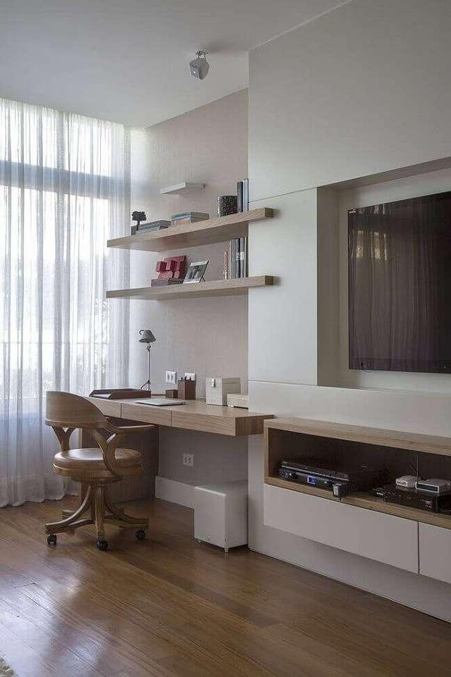51. Home office na sala de tv moderna e planejada – Foto Pinterest