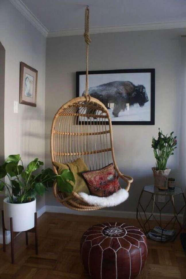 38. Decoração com cadeira de balanço suspensa e puff redondo de couro – Foto: Pinterest