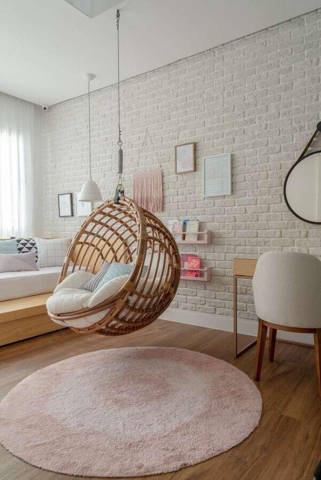 16. Cadeira de balanço suspensa para quarto decorado com parede tijolinho branco – Foto: Hana Lerner Arquitetura