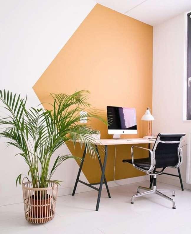56. Mesa de cavalete para escritório na sala de estar – Foto Pinterest