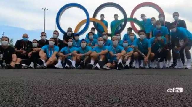 Atletas da Seleção Brasileira Masculina de Futebol visitaramaVila Olímpica, onde estão hospedados os atletas do Time Brasil.