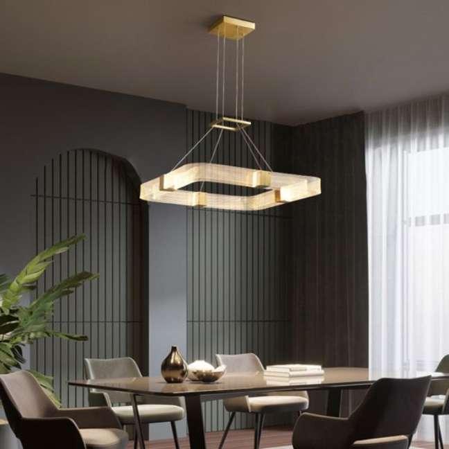 46. Sala de jantar com lustre quadrado pendente no centro da mesa – Foto Vakkerlighting