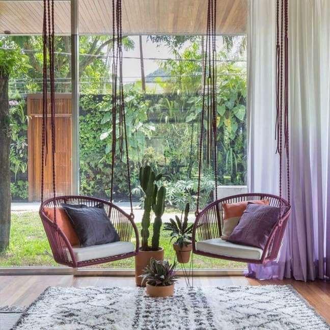 24. Cadeira de balanço suspensa para sala decorada com porta de vidro grande – Foto: Hana Lerner Arquitetura