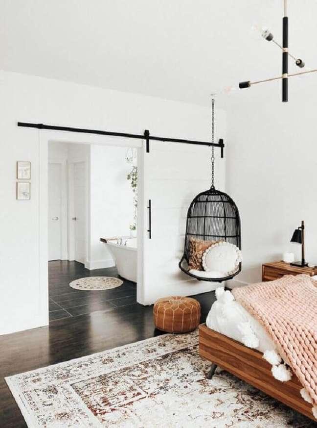 14. Cadeira de balanço suspensa para quarto branco decorado com móveis de madeira – Foto: Apartment Therapy