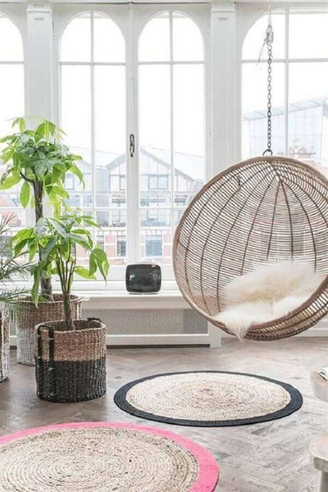 26. Cadeira de balanço suspensa para sala decorada com vasos de chão – Foto: Pinterest