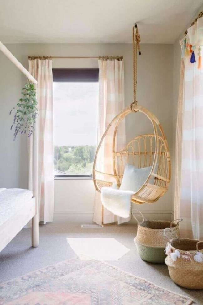39. Decoração com cadeira de balanço suspensa para quarto simples – Foto: One Kindesign