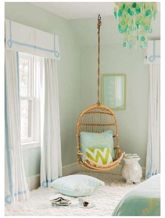 12. Cadeira de balanço suspensa para decoração de quarto em cores claras – Foto: Home Fashion Trend