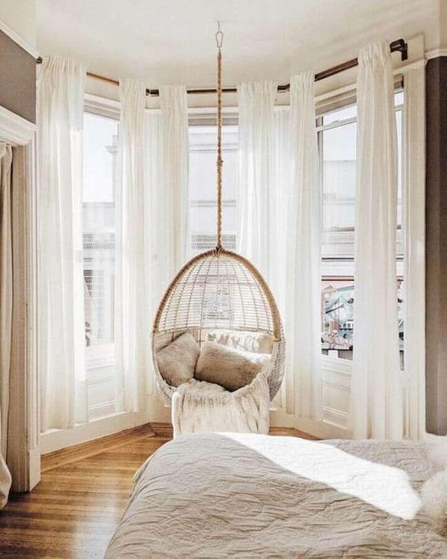 50. Decoração em cores claras com cadeira de balanço suspensa para quarto de casal – Foto: We Heart It