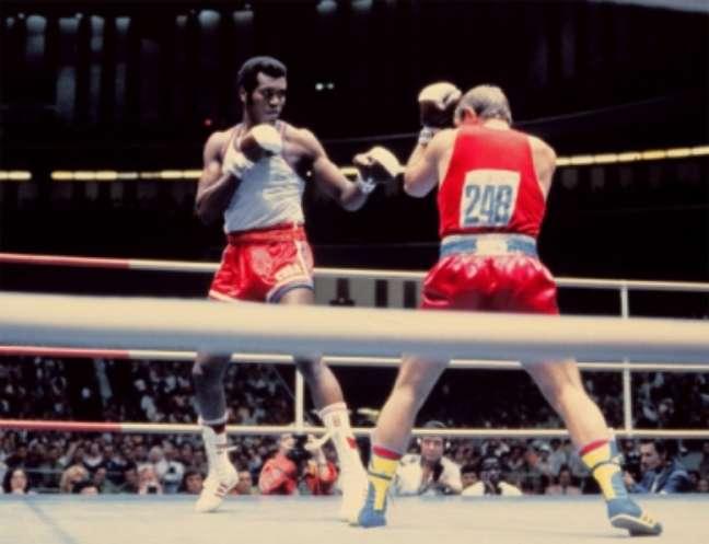 Nos Jogos de Moscou, o Campeão cubano Teófilo Stevenson (Esquerda) contra Soviética Pyotr Zaev durante a final do peso pesado do Boxe (Foto: AFP PHOTO)