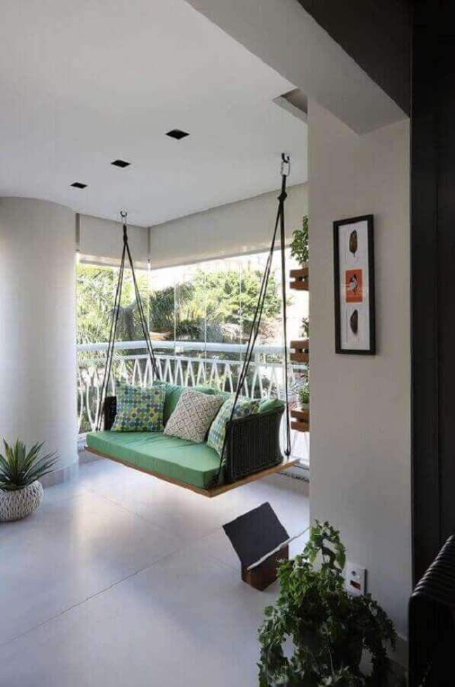 46. Decoração com cadeira de balanço suspensa para varanda grande – Foto: Casa de Valentina