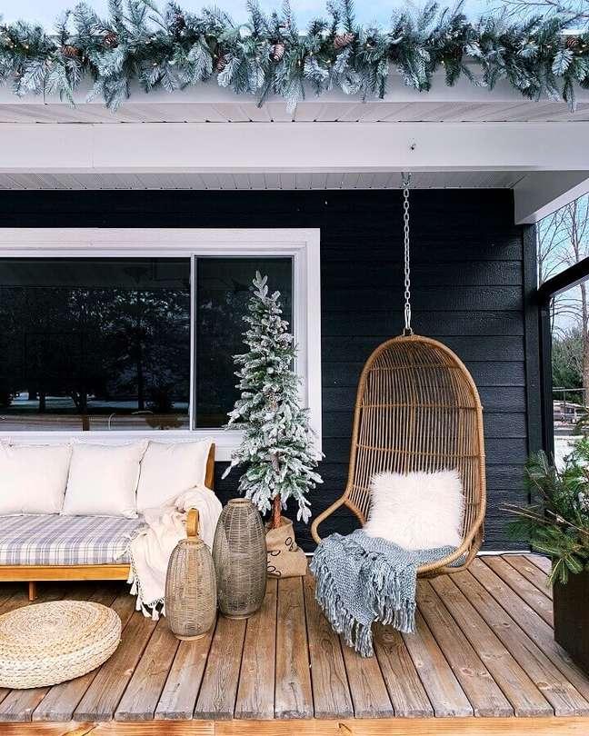 55. Decoração rústica com sofá de madeira e cadeira de balanço suspensa para varanda – Foto: Undecorated Home