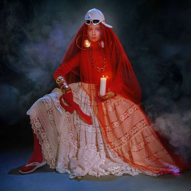 Quase sem querer, a foto que ilustra o álbum 'Rito de Passá' é uma releitura pós-moderna de Iansã, orixá do vento e dos temporais