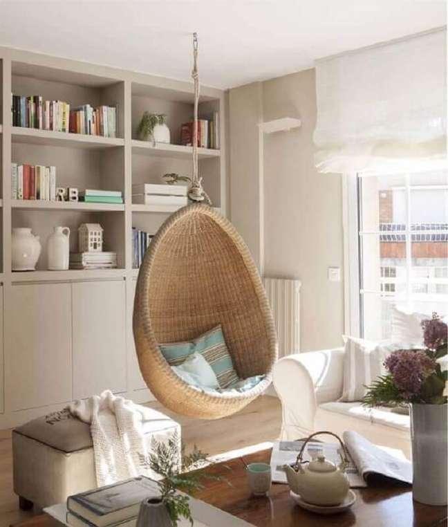 22. Cadeira de balanço suspensa para sala de estar decorada em cores neutras – Foto: El Mueble