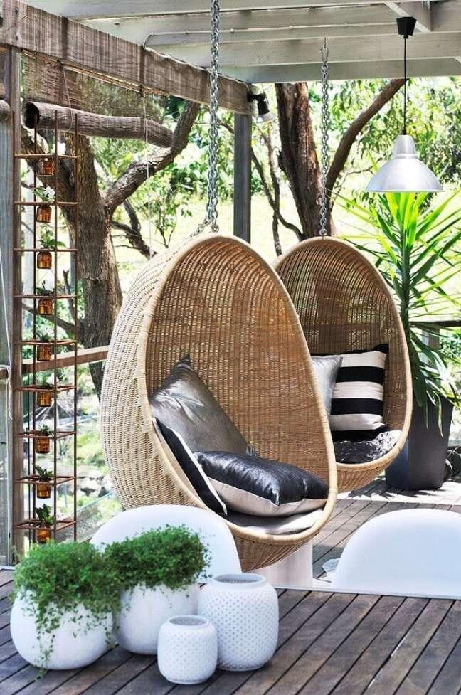 54. Decoração rústica com cadeira de balanço suspensa para varanda – Foto: Homes to Love