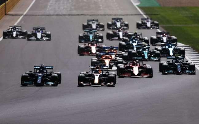 Lewis Hamilton lado a lado com Max Verstappen na largada do GP da Inglaterra