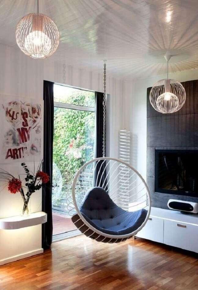 41. Decoração com cadeira de balanço suspensa para sala de TV – Foto: El Mueble