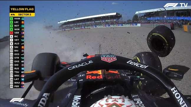 Max Verstappen tocou em Lewis Hamilton na largada em Silverstone