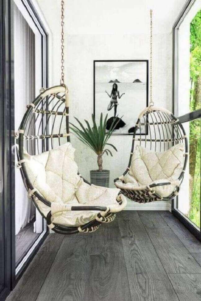 57. Decoração simples com cadeira de balanço suspensa para varanda pequena – Foto: Pinterest