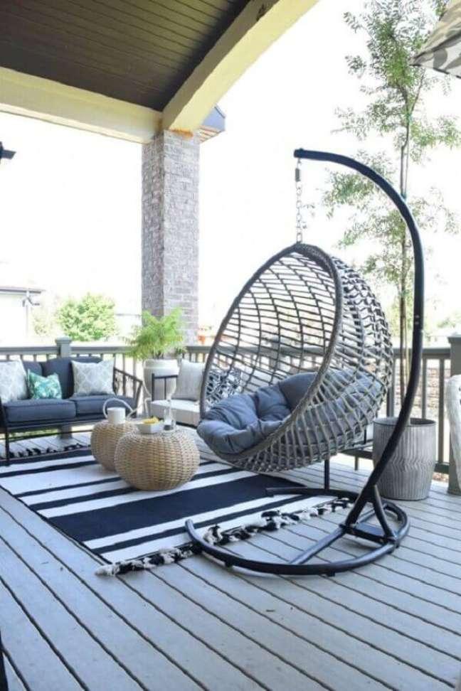 10. Cadeira de balanço suspensa com suporte para decoração de varanda – Foto: Nesting with Grace