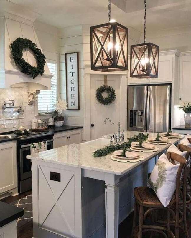 48. Cozinha americana com lustre quadrado de madeira – Foto Pinterest