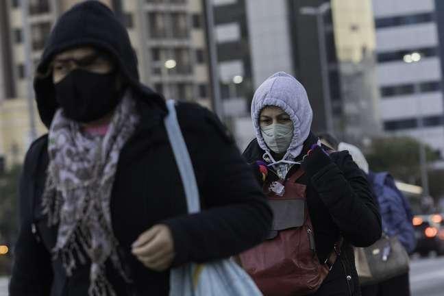 Pedestres vão enfrentar frio na cidade de São Paulo
