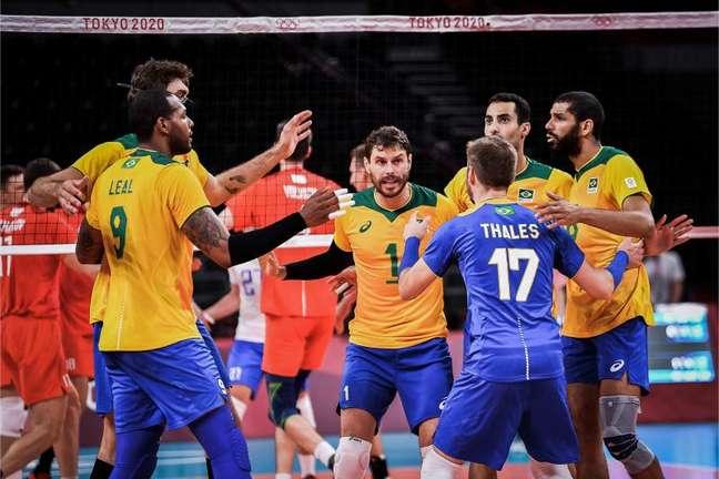 Jogadores da Seleção Brasileira de vôlei comemoram vitória nos Jogos Olímpicos de Tóquio Divulgação FIVB
