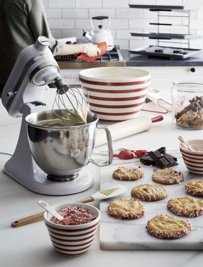 23. Lista de utensílios de cozinha com eletroportáteis e vasilhas – Foto Crate And Barres